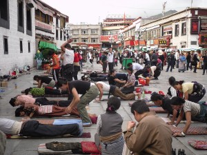 buddhists-prostrating-outside-the-temple